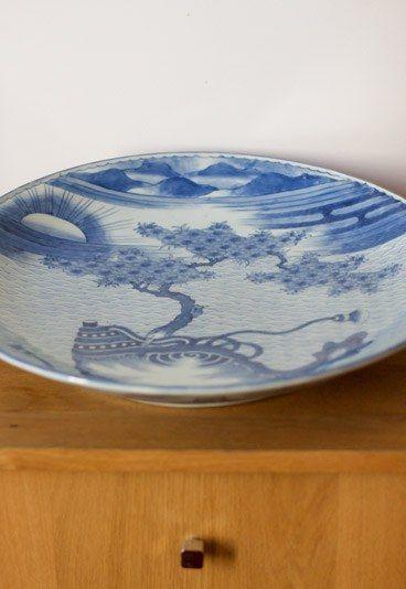 Japanische Teller - ein geschenk von Designer Kenzo - Massato - Starfriseur - Frisör in Paris - Dieser japanischer Porzellanteller stammt aus dem 19. Jahrhundert. Massato hütet edle Antiquität wie seinen eigenen Augapfel, denn den Teller schenkte ihm der Designer...