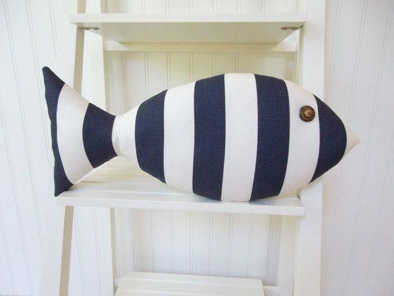 Poissons d'oreiller oreiller rayée marine et par CatherinePicone