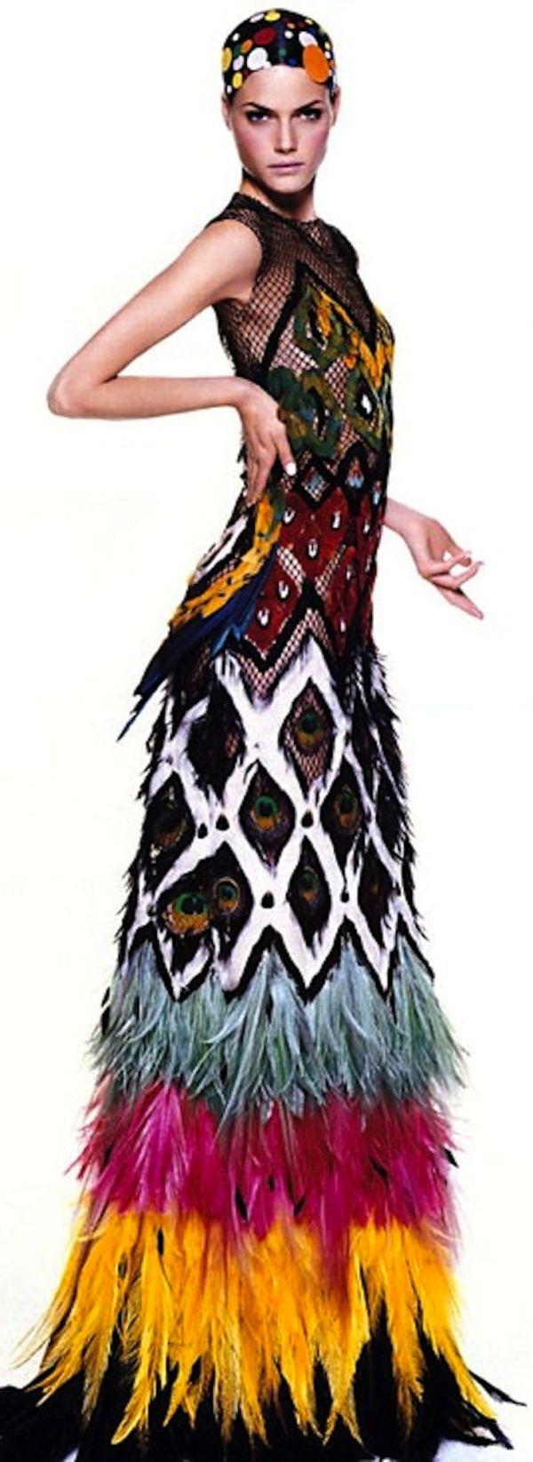 robe de Jean Paul Gaultier, les couleurs très vives et très dansantes marquent une certaine inspiration exotique, un rappel au brésil, au carnaval de rio, au tenue des coutumes exotiques