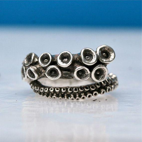 JETZT 30 % OFF $110 WAR JETZT $77 Oktopus-Ring ist ein echter Oktopus Tentakel aus und ist in Sterling Silber gegossen. Der Ring ist ein offener Schaft-Design, das meisten Größen angepasst werden kann. Die Tentakel ist hoch poliert und Antik um die schönen Details der Saugnäpfe zu bringen.  Maße: Ring Größe: verstellbar Ring-Gewicht beträgt etwa 10,5 Gramm. Hergestellt aus recyceltem Silber umgewandelt in New York City.  ……………………………  SHOP-FAQs  ➔ Krake Silber Ring kommt in eine elegante…