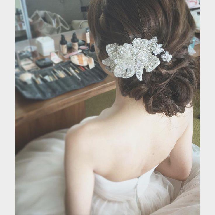 ヘアアクセサリーで飾った清楚な王道シニヨンヘアカタログ | marry[マリー]