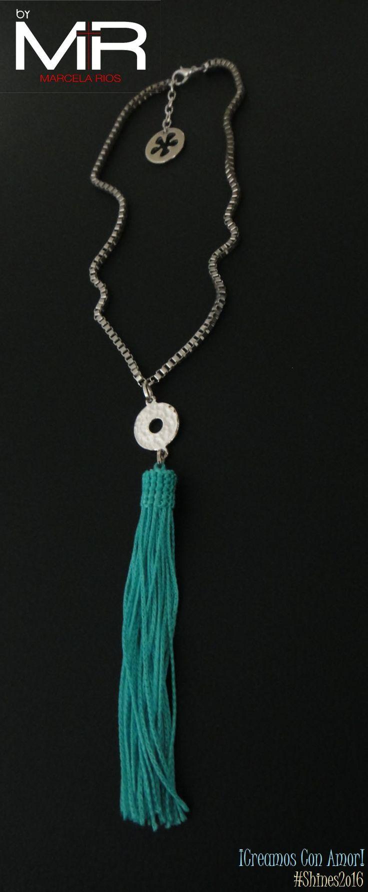 Línea: Shines2o16 Ref: VOO8 Cop:$28.ooo Descripción: Collar tipo gargantilla, hecho con cadena de cuadritos entrelazados plateada, adornada con una linda brooms color azul turquesa..  ¡Te encantará!  *Sujeto a disponibilidad.