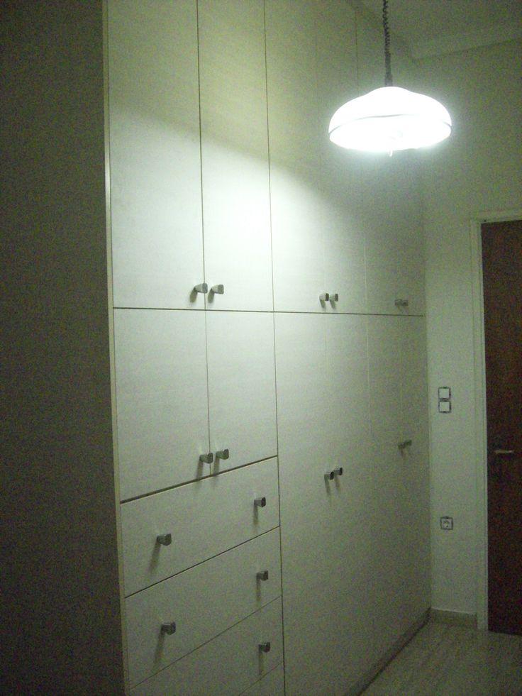 ντουλάπα  ανοιγόμενη από laminate. ΕΠΙΠΛΑ ΚΑΦΡΙΤΣΑΣ