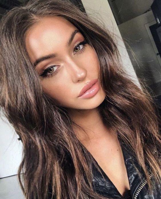 Beauty | Makeup | Brown hair | Long hair | Lipgloss | Pink lipgloss | Pink lipst…
