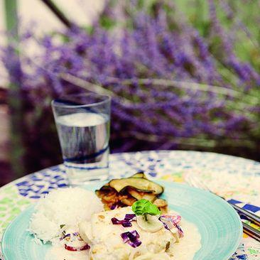 Recept på Ugnsbakad fisk med tomat och senapsgrädde samt stekt zucchini - MatHem