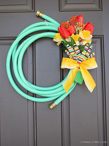 Make this adorable wreath in just 10 minutes with an old garden hose. #DIY