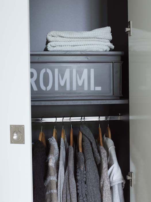 KARWEI   Een zwarte binnenzijde in een witte kast geeft een mooi contrast en zorgt voor een luxe uitstraling #wooninspiratie #slaapkamer #karwei