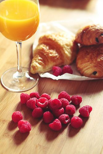 croissant + orange juice + berries