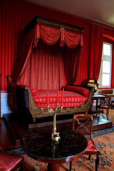 """41. Castillo de Amboise ~ Esta habitación está decorada en el estilo """"Primer Imperio"""": hay una cama de trineo, un escritorio, una mesa con cuatro columnas en la base, un cofre de caoba. También hay algunos muebles de estilo Luis Felipe.  En las paredes hay un retrato de la señora Adelaida, pintado por el Tribunal, y un retrato de los Duques de Orleans, Franz-Xaver Winterhalter."""