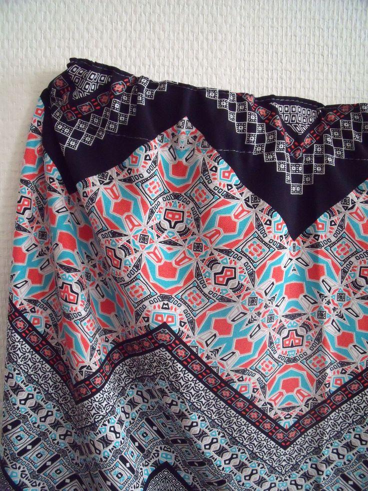 """J'ai pu voir chez H&M, Kiabi et autres boutiques, le retour de la jupe tube. Un tissu """"maille"""" ou pas, un élastique à la taille et le tour est joué. Je me suis fortement inspirée de ces grandes enseignes (pas de fermeture à coudre) pour réaliser cette..."""