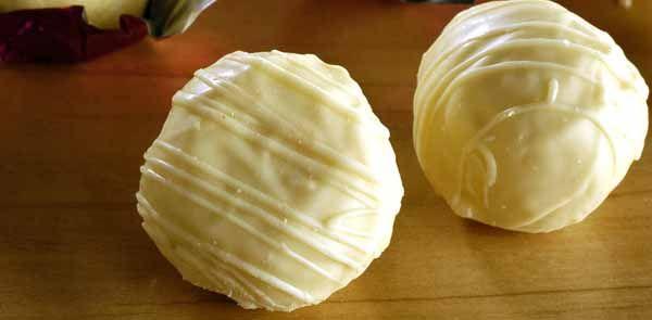 Sabe essas trufas caseiras? Aquelas que são bem simples e com um sabor inconfundível? Pois é, hoje eu irei te ensinar a faze-la. Trufa Fácil de Limão.
