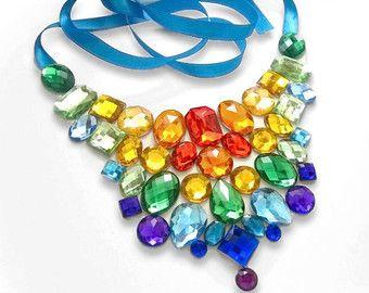Arco iris brillantes diamantes de imitación declaración collar, collar babero de arco iris, Rhinestone colorido babero collar, collar de orgullo arco iris