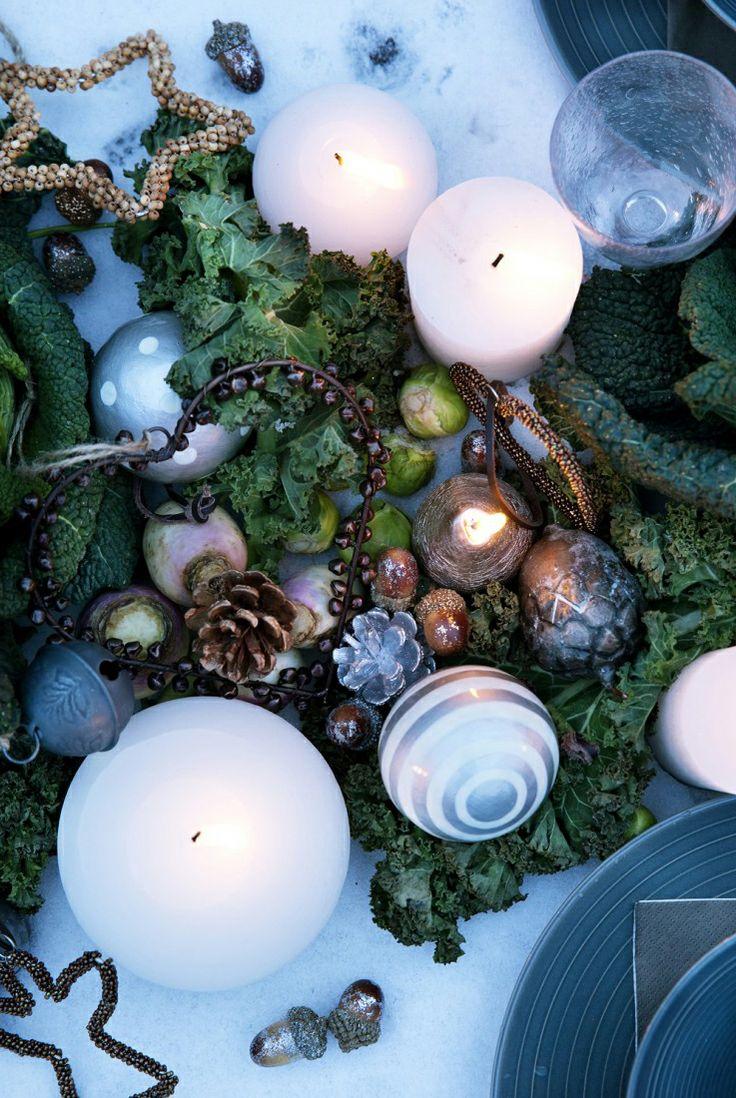 Een echte blikvanger in huis? Zet dit najaar een mooi opgemaakt winters #kerststukje met kaarsen en kerstballen op tafel!