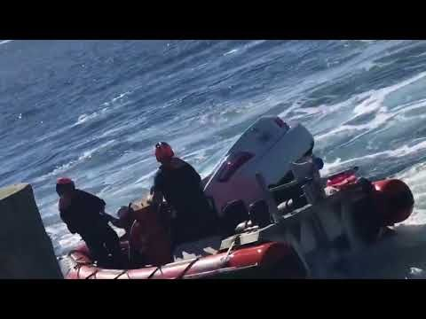 Defense Flash News : Coast Guard rescues man from sinking car PANAMA CITY, FL, UNITED STATES 12.30.2017 Video by Petty Officer 3rd Class Travis Magee U.S. Coast Guard District 8 Coast Guard members from Coast Guard Cutter Marlin rescue an 89-year-old man from a vehicle that went into the St....