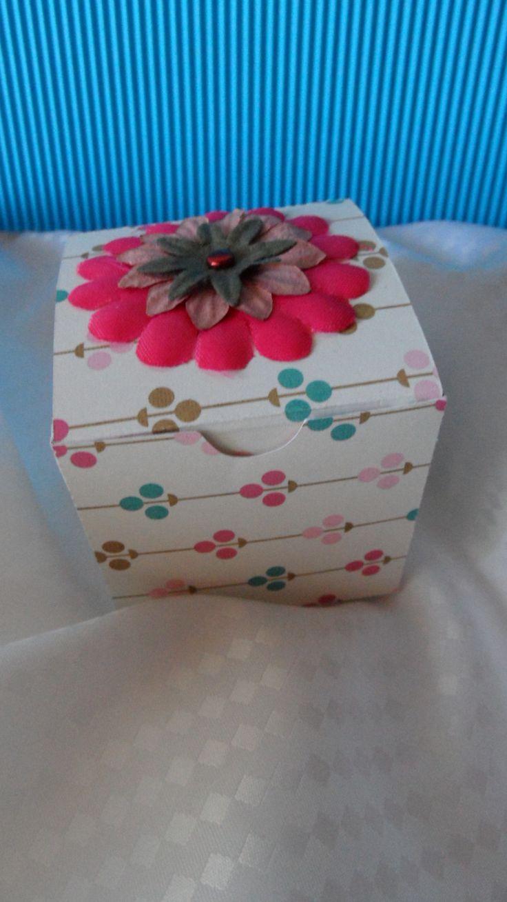 idée emballage cadeau, boite cube à remplir idem boîte verte : Cartes par made-by-newscrapeuse