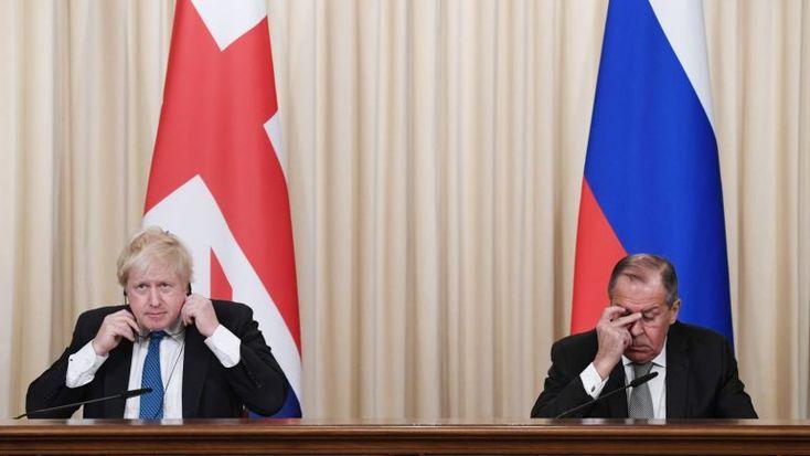 Os chefes da diplomacia do Reino Unido e da Rússia em Moscovo encontraram-se em Moscovo com o objetivo de melhorar as relações entre os dois países, mas o que se seguiu foi tudo menos amigável. http://observador.pt/2017/12/22/a-batalha-de-moscovo-boris-johnson-vs-serguei-lavrov/