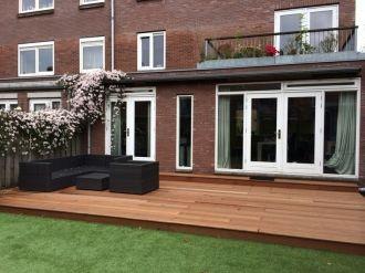 Bankirai houten terras in combinatie met kunstgras. Totaal onderhoudsvrije tuin.