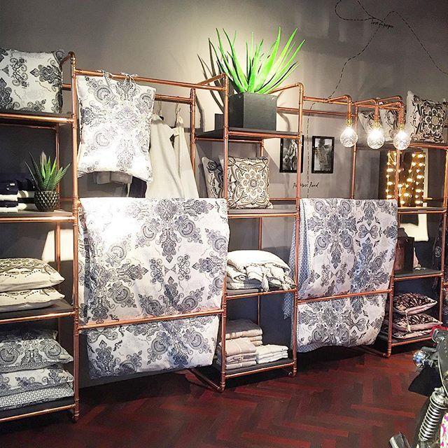Jättefin inredning i Odd Molly-butiken på Frölunda Torg! Kopparrör, kopplingar och böjar! Och så snyggt ihop med växterna!  #inredning #butiksinredning #koppar #kopparrör #hyllor #oddmolly #frölundatorg #sängkläder #påslakan #växter #lampor