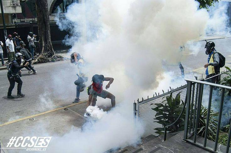 Por @caracas_es -  Con cada salida a la calle la GN y otros efectivos del gobierno se vuelven más violentos al levantar sus armas contra las protestas... . . . . #8M #Ccses #HallazgoSemanal #CommunityFirst #PrimeroLaComunidad #TomandoCaracas #RetratosDeCaracas #Caracas #Venezuela #HuntgramVenezuela #BBC #IgersVenezuela #Ig_WorldClub #StreetPhotoVenezuela #AOV #ArtOfVisuals #StreetMagazine #StreetDreamsMag #CreateExploreTakeOver #CNN - #regrann