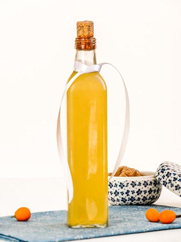 Cette recette de liqueur de clémentines vous séduira par son parfum et sa saveur inimitable. Le mariage de l'agrume avec des épices douces est délicieux.