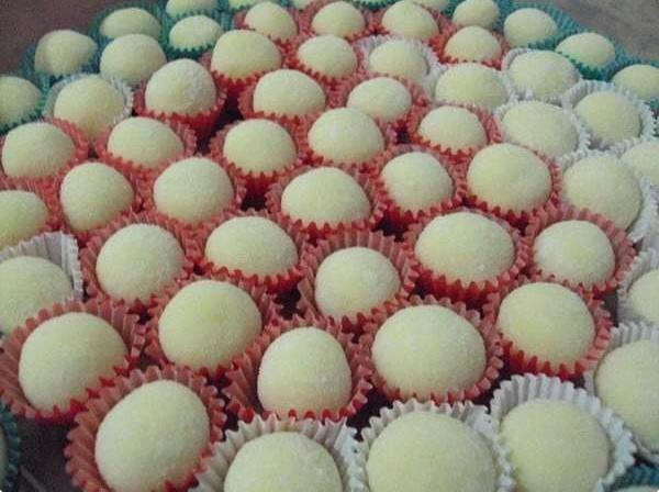 Docinho de leite em pó leva apenas três ingredientes! A receita faz o maior sucesso em festinhas de aniversário, confira: http://receit.as/zluGU9