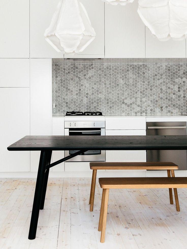 Mesa e bancos de madeira em cozinha