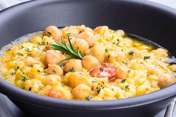La zuppa di ceci e patate è un piatto caldo, povero ma ricco di sapore. Ecco la ricetta ed alcuni consigli per arricchire il piatto