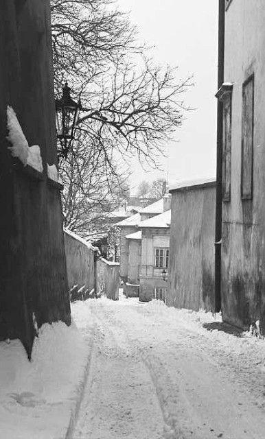 Sníh v uličce (3529), Praha, březen 1965