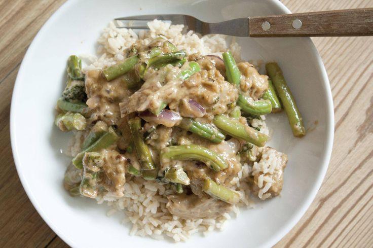 Groene Thaise curry. Dit recept is voor: 2 a 3 personen Aantal kcal: ca. 490 p.p.  Zo maak je het! Bak de kopstukjes en de ui totdat de ui een beetje glazig wordt.  Voeg de Thaise currypasta en de kokosmelk toe.  Voeg nu de boontjes en de bimi toe.  Laat een paar minuten pruttelen.  Serveer met zilvervliesrijst.
