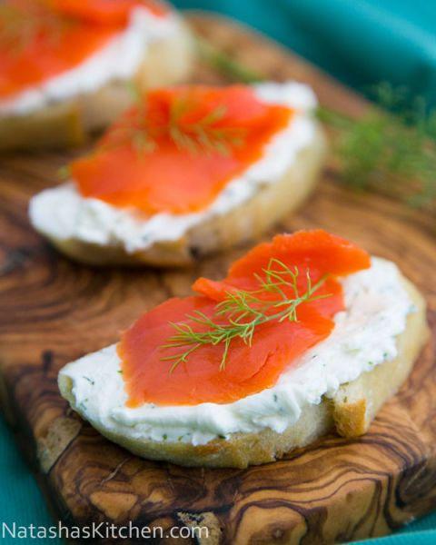 Cuando se trata de té de la tarde, no se puede ir mal con un crostini, sobre todo si está cubierto con salmón ahumado.  Obtener la receta en la cocina de Natasha.
