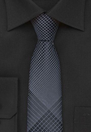 Hoogwaardige zakenstropdas in een donkere antracietkleur. Het heldere ontwerp heeft een verfijnd geometrisch patroon. De stof van deze stropdas is van zijde geweven en handmatig tot een eindproduct verwerkt. De voering van de stropdas is speciaal, deze is van een elastische stof gemaakt. http://www.strop-dassen.nl/smalle-zijde-stropdas-grijs-p-14537.html