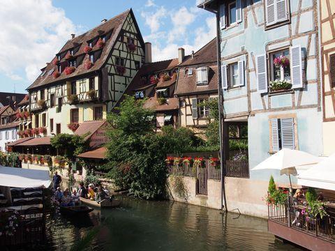 コルマール(Colmar)の町はフランスのドイツとの国境近く、アルザス地方にあります。アルザス地方はジブリ映画「ハウルの動く城」がモデルにしたと公表し、木骨組みの家と石畳の路の町が多く残ることで知られています。なかでもコルマールの町はこれらに加え、花、運河、グルメと見どころがたくさん!そんなコルマールを観光するならぜひとも楽しみたいスポット、グルメを紹介します。