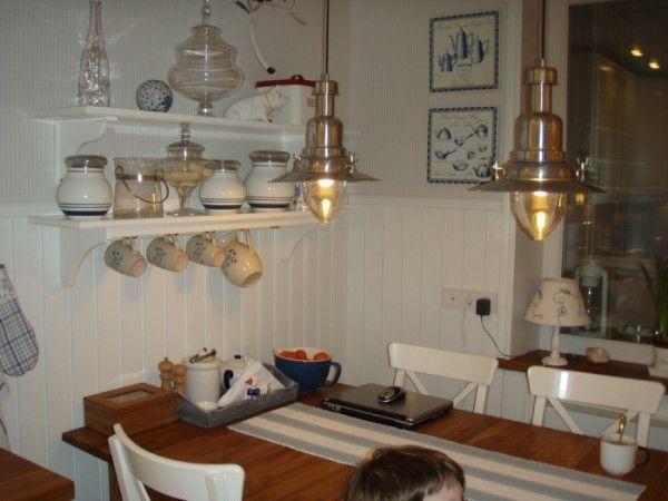 Вагонка, окрашенная белой краской в кухонном интерьере. Панели могут быть из мдф, стекла, пластика, дерева
