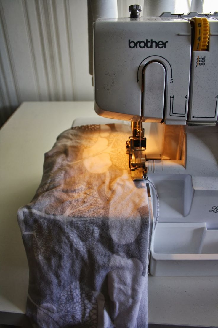 Har sett att det efterfrågats hur man syr ett fodrat pannband, såhär gör jag.   1. Klipp ut ett tyg till utsidan, jag gör mina 13 x 50cm och...