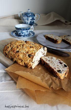 Dit havermout/spelt brood is een perfecte en gezonde start van de dag. Het bevat geen geraffineerde suikers, maar is toch lekker zoet door de dadels en de rozijnen.