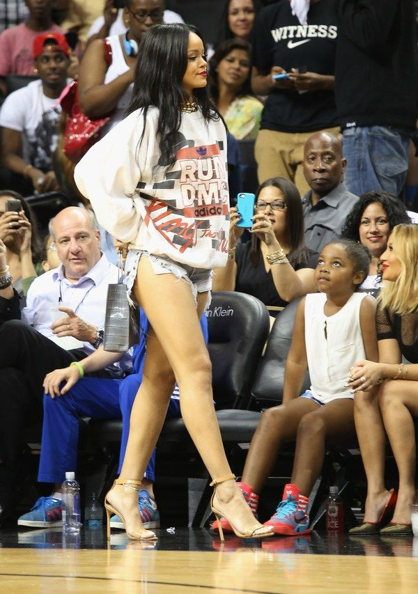Rihanna Courtside At A Basketball Game Is Rihanna At Her Best Rihanna Looks Rihanna Outfits Gaming Clothes