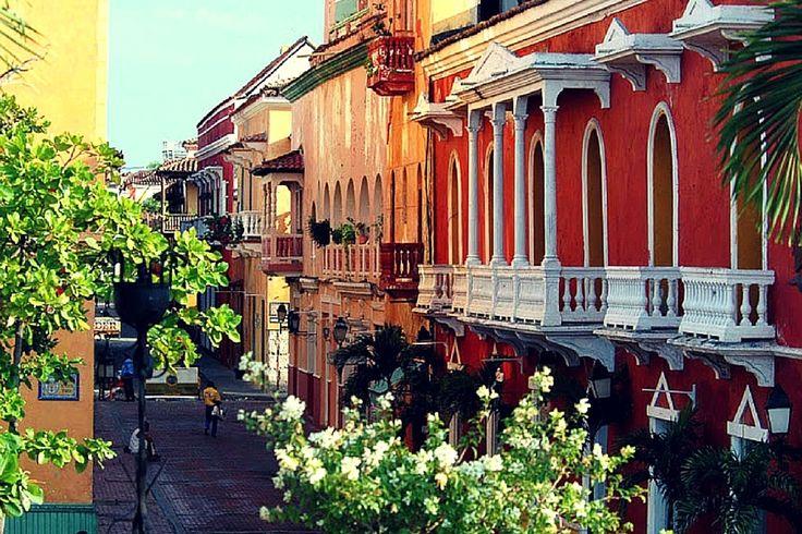 Façade colorées de Carthagène, Colombie. (via Copines de voyage)