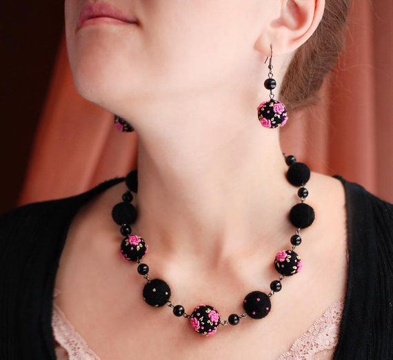 Eye-catching pink and black jewerly set by NettesRoseGarden