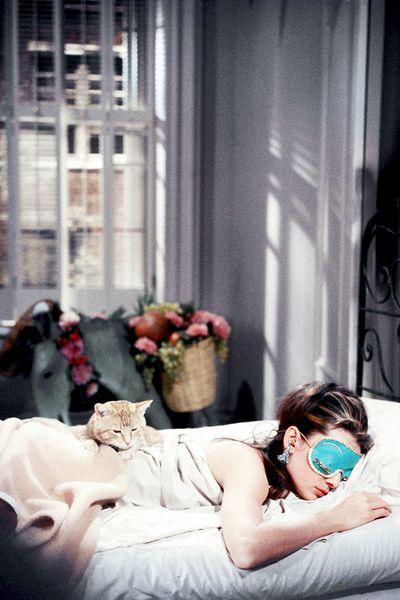 Audrey Hepburn, Desayuno con diamantes, breakfast at tiffanys, cat www.PiensaenChic.com