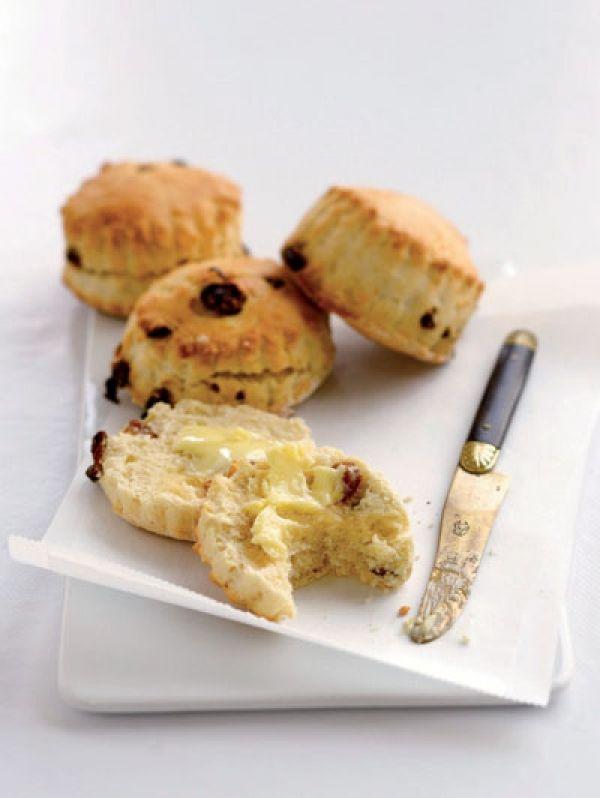 BEREIDINGVerwarm de oven voor op 180°C. Meng in een kom de bloem, gist en suiker. Voeg de boter toe en meng met de vingertoppen tot een kr...