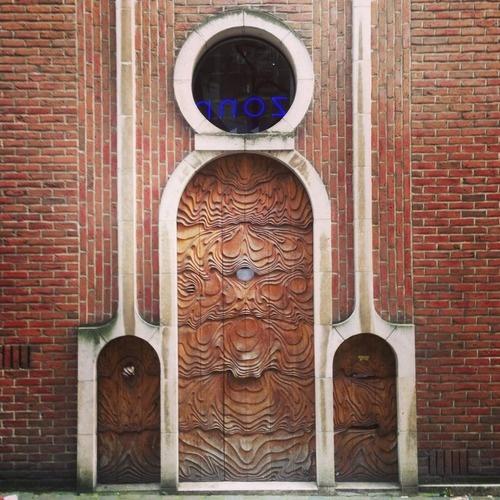 Gisteren was ik op weg naar het theater toen ik deze mooie bruine deuren tegenkwam. Leuke textuur ook (105/365). #gent