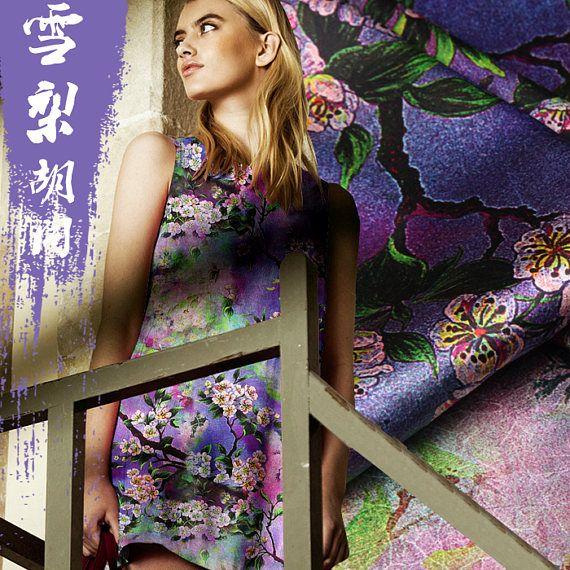 Tissus Satin de Soie Stretch Motifs Fleurs, Tissu de Soie Élastique Imprimé Coloré au Mètre pour Vetement Tissu Nombre : 110100000164 Composition :93% Soie,7% Élasthanne(Spandex) Largeur du tissu :118 CM Lavage : 30° Momme(Épaisseur): 19 m/m ----------------------- La matière : La soie comme produit naturel offre un large choix de textures optiques : du chiffon en soie doux pour la peau à la soie bourrette de type lin en passant par la soie à effet changeant au tissage multicolore. Et...