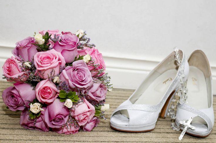 ramo de rosas rosadas y lilas con detalles de rositas spray #ramos #rosas #rosadas https://www.facebook.com/RamosYTocadosMariaInesMurguiondo