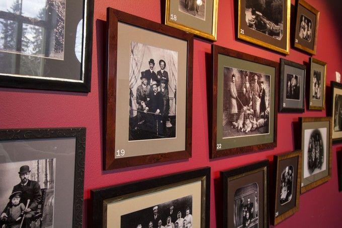 Black and white family photos create an unique vintage wall. / Mustavalkoiset perhevalokuvat muodostavat vintage-henkisen sisutuselementin. www.valaistusblogi.fi