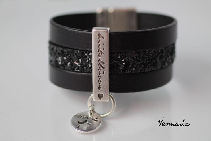 Vernada Design -nahkaranneke, musta, 30mm, KIITOLLINEN, kimalle, LE # bohemian style  #Vernada #jewelry #koru #nahkaranneke #bracelet #leather #suomestakäsin #finnishdesign #käsityökortteli