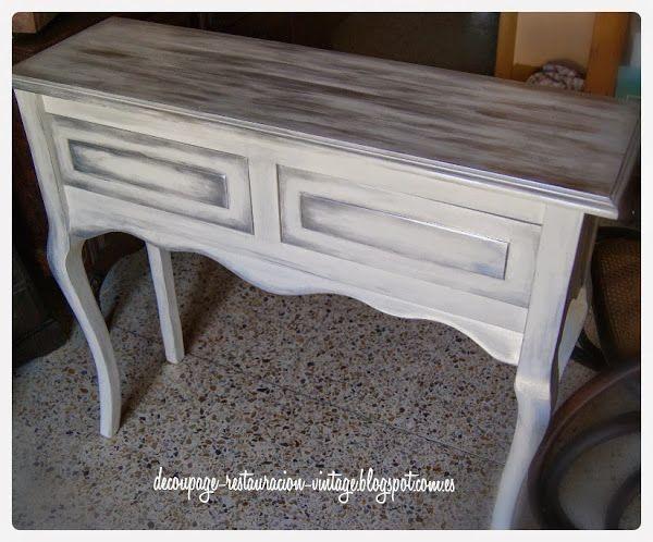 Pintar muebles nuevos de madera en un acabado blanco y plateado