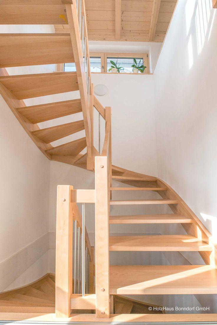 Ein besonderes Gestaltungselement des Hauses bildet die Treppe. Sie ist in unserer Schreinerei als 1/2 gewendete Massivholztreppe aus Buche gefertigt worden.