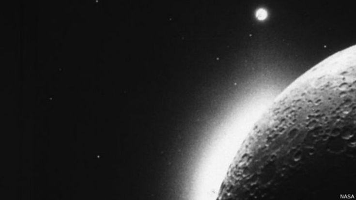 ¿Por qué una enorme nube de polvo envuelve la Luna?