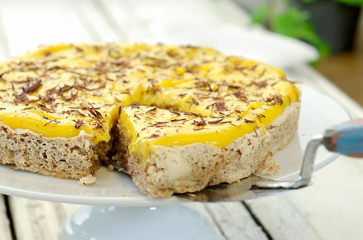 Silkemyk og kremet gul glasur gjør denne favoritten til den perfekte påskekaken.