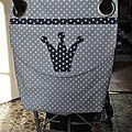 sac à poussette canne en toile enduite à pois gris appliqué couronne étoiles. velcros de fermeture à l'intérieur. Dimensions 43/48 cm. Prix : 35 €